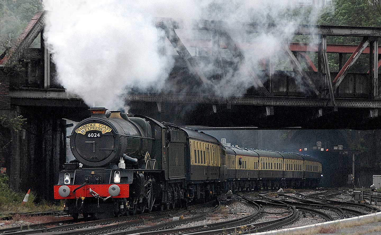 No. 6024 arrives at a damp Newport, 27 May 2007. © Robin Coombes